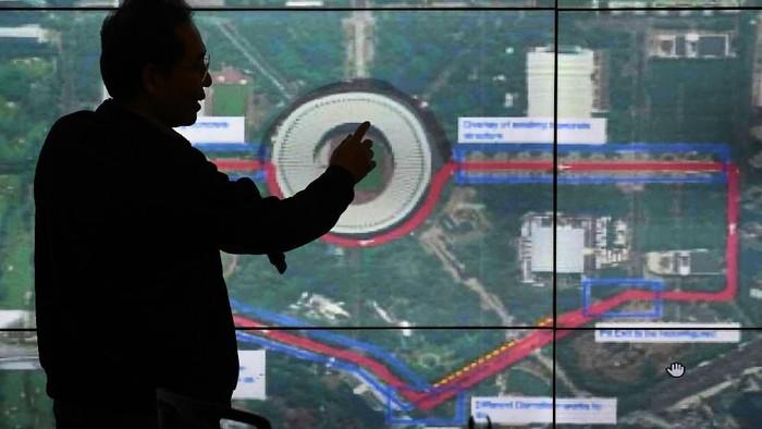 Direktur Utama Pusat Pengelola Komplek Gelora Bung Karno (PPK GBK) Winarto menjelaskan rencana rute sirkuit yang disiapkan untuk balap mobil Formula E di kompleks GBK, Senayan, jakarta, Selasa (11/2/2020). Pengelola menyatakan siap menjadikan GBK sebagai tempat yang dipilih sebagai sirkuit Formula E di Jakarta dengan syarat tak akan menggunakan seluruh area dalam ring road Stadion GBK yang biasa digunakan masyarakat untuk berolahraga. ANTARA FOTO/Aditya Pradana Putra/foc. *** Local Caption ***