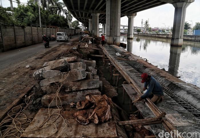Proyek tanggul kali Ancol di Jakarta Utara, terus dikebut. Hal itu dilakukan untuk mencegah banjir saat sungai meluap.