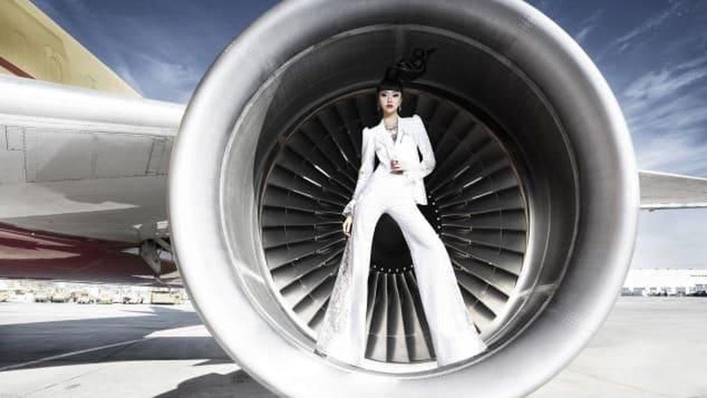 Melihat Lenggak-lenggok Model di Mesin Jet Pesawat