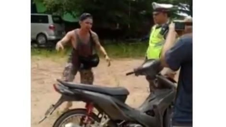 Pemotor mabuk tendang motor