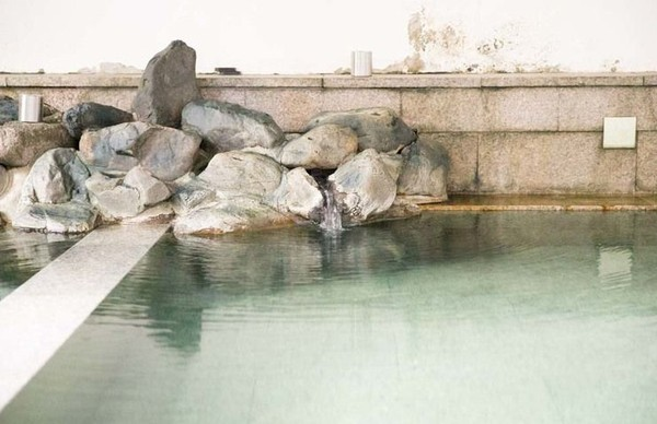 Namun pada hari-hari tertentu, air dalam kolam akan tampak keruh. Penduduk setempat percaya bahwa itu tanda dari sang dewa sedang mandi di dalam kolam. (JNTO)