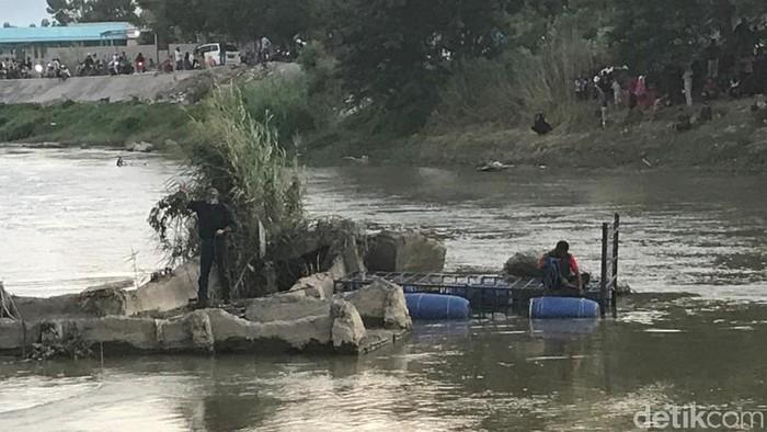 Satgas memasang perangkap untuk menyelamatkan buaya berkalung ban di Palu (M Qadri/detikcom)