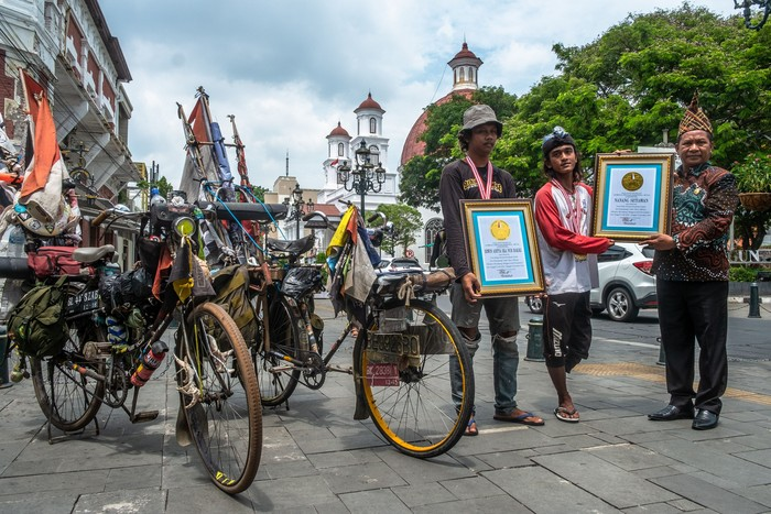 Dua pesepeda berkebutuhan khusus meraih penghargaan dari LEPRID. Penghargaan diberikan usai keduanya bersepeda dari Banyuwangi menuju Kilometer Nol Sabang, Aceh