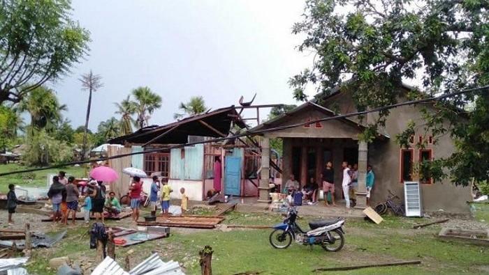 Warga berada di rumah mereka yang atapnya rubuh akibat bencana angin puting beliung. (Antara/ho-Humas BPBD Malaka)