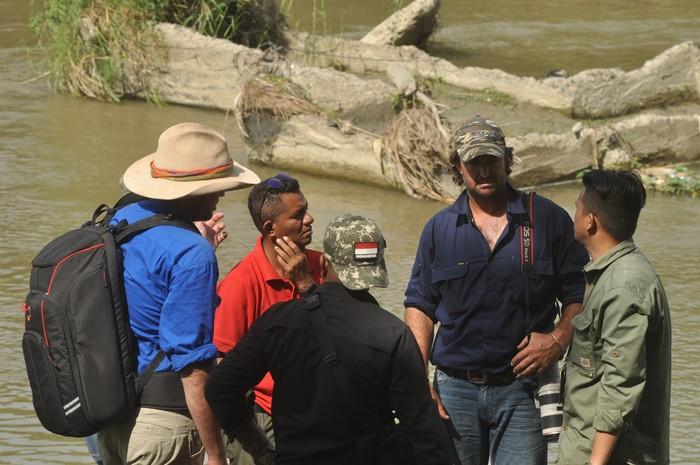 Dua warga Australia ikut membantu mencari buaya berkalung ban di Palu, Sulteng. Keduanya pun turun langsung ke lokasi untuk memantau keberadaan buaya itu.