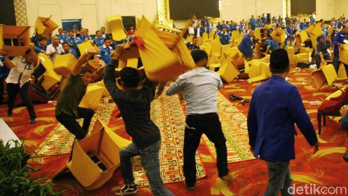 Kongres PAN di Kendari, Sulawesi Tenggara, kembali ricuh. Para peserta bahkan saling melempar kursi.