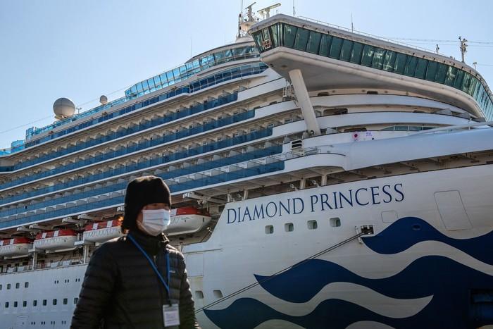 Ribuan penumpang dan kru kapal pesiar Diamond Princess masih dikarantina. Hal itu dilakukan usai bertambahnya puluhan orang yang dinyatakan positif virus corona