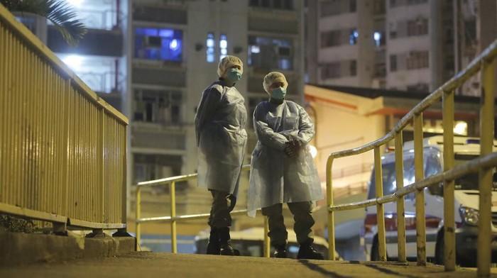 Otoritas Hong Kong evakuasi penghuni apartemen di pinggiran kota itu. Evakuasi dilakukan usai ada penghuni apartemen yang alami gejala terinfeksi virus corona.