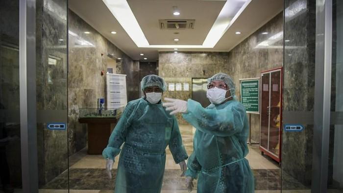 Kepala Balitbangkes Kementerian Kesehatan Siswanto (kiri) bersama Kepala Pusat Penelitian dan Pengembangan Biomedis dan Teknologi Dasar Kesehatan Kementerian Kesehatan Vivi Setiawaty (kanan) mengenakan pakaian steril saat akan memasuki Labotarium Badan Penelitian dan Pengembangan Kesehatan (Balitbangkes) di Jakarta, Selasa (11/2/2020). Balitbangkes merilis data terbaru hasil pemeriksaan pasien dalam pengawasan novel coronavirus per 10 februari 2020 pukul 18.00 WIB, total kasus yang spesimennya dikirim ke Laboratorium Balitbangkes sebanyak 64 kasus, sebanyak 62 kasus uji spesimen hasilnya negatif novel coronavirus dan dua masih dalam pemeriksaan. ANTARA FOTO/Galih Pradipta/hp.