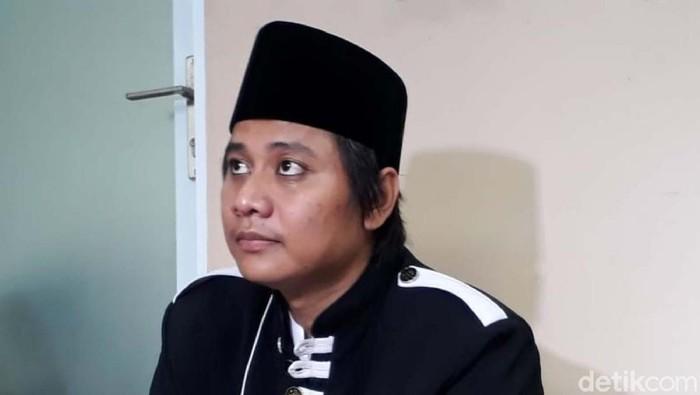 Sepekan ini medsos dihebohkan oleh viral video istri mengantar suami menikah lagi. Pengantin pria diketahui bernama Hafi Muhammad Kafi Firdaus atau Abah Cijeungjing.