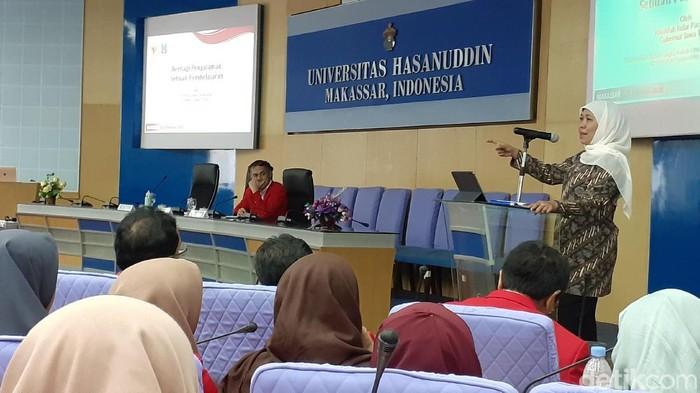 Gubernur Jatim Khofifah Indar Parawansa mengisi kuliah umum di Unhas Makassar (MN Abdurrahman/detikcom)