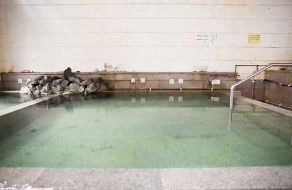 Kolam pemandian Shibi bisa menampung 200 liter air. Air dalam kolam tidak didaur ulang tapi dibiarkan mengalir. Sehingga kolam ini tetap jernih setiap saat. (JNTO)
