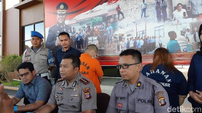 Polres Kukar tangkap dua muncikari yang libatkan anak-anak dalam prostitusi online (Yovanda/detikcom)