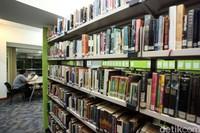 Ada sekitar 36 ribu buku cetak dan 16 ribu e-book. Khusus e-book itu merupakan terbitan dari Kemendikbud. Siapapun bisa datang ke sini dan mengaksis langsung koleksi buku. (Rifkianto Nugroho)