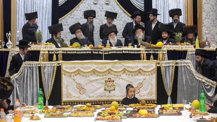 Tu Bishvat merupakan salah satu hari besar yang diperingati oleh umat Yahudi ultra ortodoks. Di hari besar ini mereka akan memakan buah-buahan dan menanam pohon