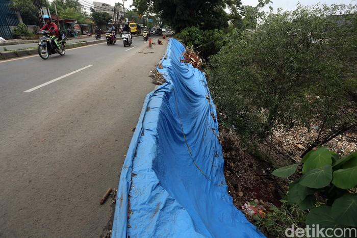 Hujan yang terus mengguyur wilayah Bogor dan sekitarnya mengakibatkan longsor dan jalanan ambles di Jalan Cibinong Raya KM 41, Bogor, Jawa Barat, Selasa (11/02/2020).