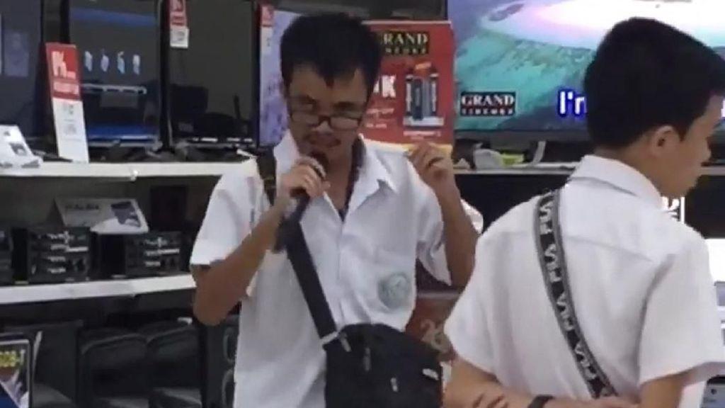 Karaoke di Supermarket, Pelajar Ini Dilirik Sam Smith