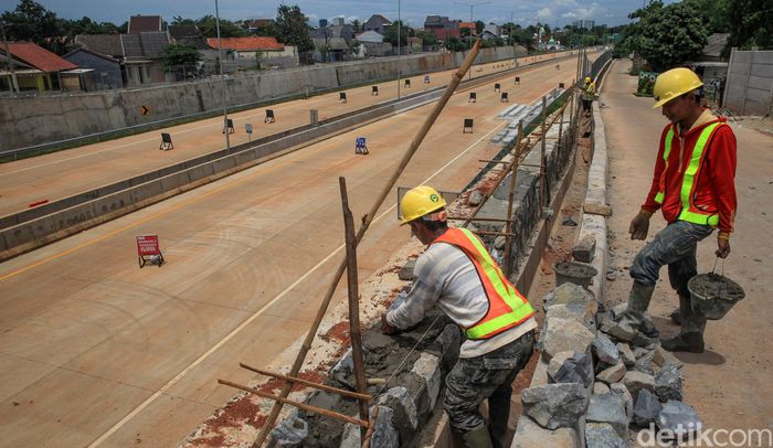 Sejumlah pekerja sedang menyelesaikan proyek jalan tol Serpong-Cinere, di jalur yang melintasi kawasan Tangerang Selatan, Selasa (11/2/2020).