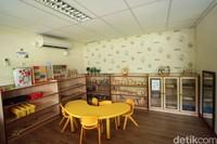 Tak sekedar tempat membaca dan belajar, di ruangan anak juga di desain sebagai tempat bermain. Tentu saja permainan yang disediakan mendukung kemampuan anak-anak untuk belajar. (Rifkianto Nugroho)