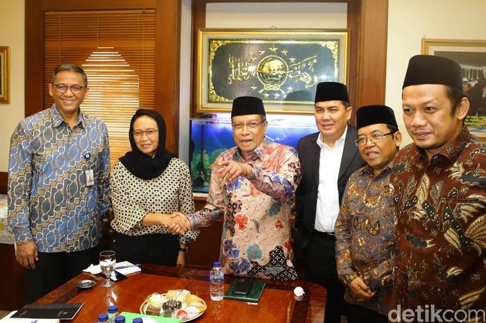 Menteri Luar Negeri RI (Menlu) Retno LP Marsudi menyambangi kantor Pengurus Besar Nahdlatul Ulama (PBNU), Jakarta, Selasa (11/2/2020). Kedatangan Retno dalam rangka bertemu dengan Ketua Umum PBNU Said Aqil Siradj.