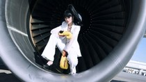 Model Cantik Catwalk di Mesin Jet Pesawat
