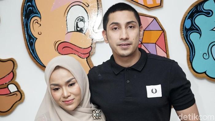 Medina Zein dan suaminya saat ditemui di kawasan Kebayoran Baru.