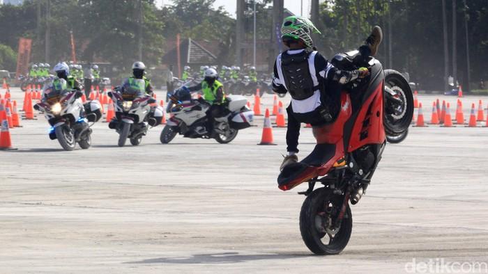 Sejumlah personel Polri unjuk gigi memamerkan freestyle berkendara di sela pembukaan Indonesia Safety Driving Center (ISDC).