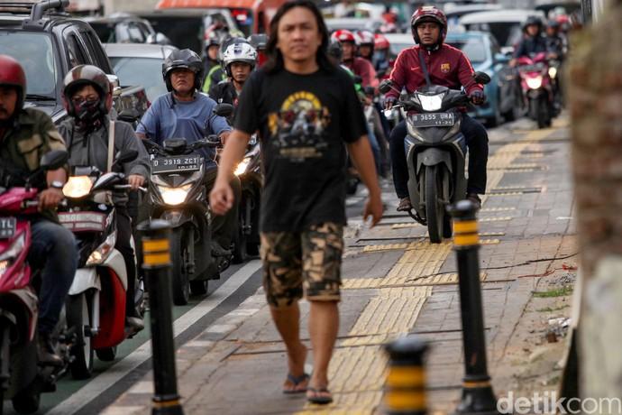 Sejumlah pemotor nekat bajak trotoar di jalan Fatmawati, Jakarta Selatan, Selasa (11/2/2020). Aksi tak terpuji ini tidak layak untuk dicontoh.