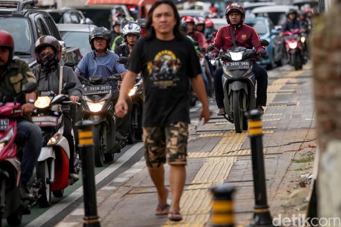Sejumlah pemotor nekat 'bajak' trotoar di jalan Fatmawati, Jakarta Selatan, Selasa (11/2/2020). Aksi tak terpuji ini tidak layak untuk dicontoh.