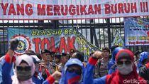 Massa Buruh Geruduk DPR Tolak Omnibus Law Cipta Kerja