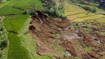10 Rumah Rusak dan 80 KK Mengungsi Akibat Longsor di Bandung Barat