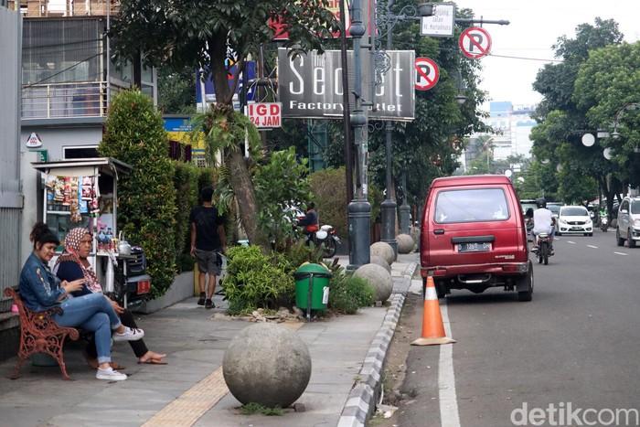 Pemkot Bandung tengah menggodok aturan untuk menindak kendaraan yang parkir sembarangan. Warga yang terciduk parkir sembarangan bisa didenda hingga Rp 1 juta.