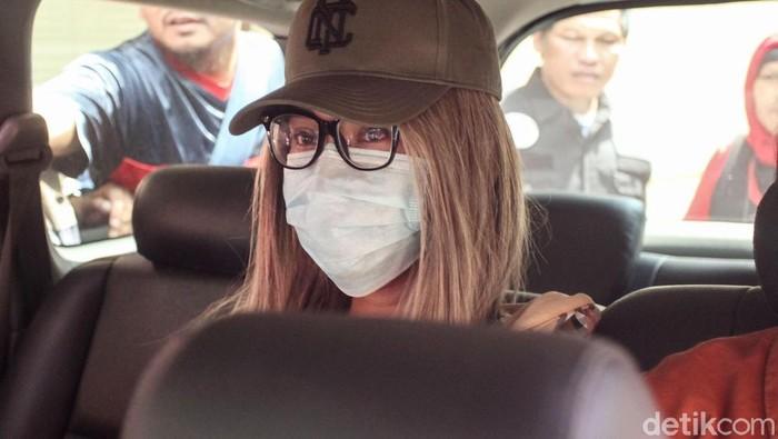 Usai diperiksa, siang ini polisi akan melakukan pengecekan terhadap darah dan rambut Lucinta Luna ke Laboratorium Forensik (Labfor).