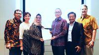 Presiden Direktur XL Axiata, Dian Siswarini (kiri  tengah ) bersama dengan Presiden Direktur Protelindo, Ferdinandus Aming Santoso ( kanan tengah ) dalam acara penandatanganan perjanjian jual beli untuk penjualan menara telekomunikasi di Jakarta. Jumat (7/2).