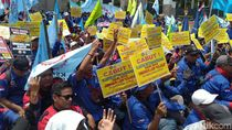 Demo di DPR, Buruh Ancam Mogok Massal Jika Omnibus Law Cipta Kerja Disahkan
