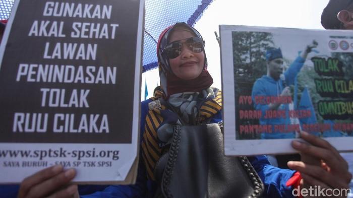 Massa buruh menggelar demo di Gedung DPR RI, Jakarta, untuk menolak Omnibus Law Cipta Kerja. Buruh mengancam mogok massal bila RUU tersebut disahkan.