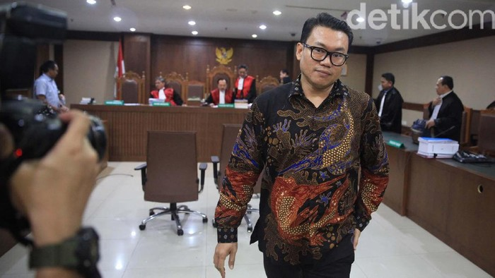 Eks Direktur Utama Perum Perikanan Indonesia (Dirut Perum Perindo) Risyanto Suanda mengikuti sidang perdana. Risyanto didakwa menerima suap USD 30 ribu.