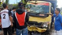 Truk Pengangkut Pakan Ayam Seret Motor Lalu Seruduk 4 Warung di Sukabumi