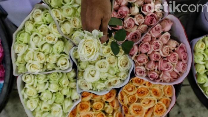 Bunga jadi salah satu hal yang paling diburu jelang hari kasih sayang. Para pedagang bunga di Pasar Rawa Belong pun kebanjiran order menyambut Hari Valentine.