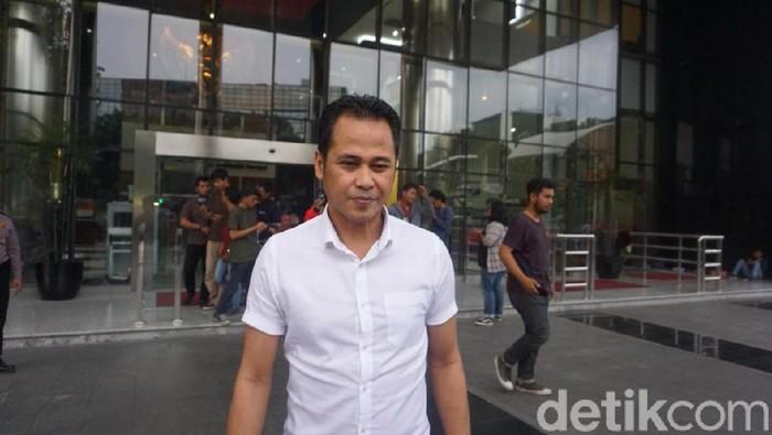 Advokat PDIP Donny Tri Istiqomah di gedung KPK.