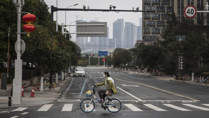 Aktivitas di Kota Wuhan belum sepenuhnya pulih akibat virus corona. Transportasi publik di kota itu masih ditutup menyusul terus bertambahnya korban tewas akibat virus corona yang tembus 1.000 orang.