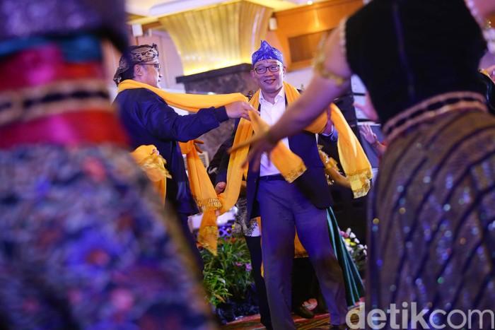 Gubernur Jabar Ridwan Kamil dan Anggota DPR Dede Yusuf hadir dalam Forum Silaturahmi Masyarakat Jawa Barat. Keduanya sempat menari jemplang harepan.