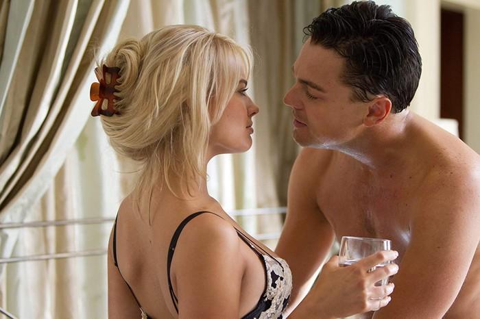 Aksi Margot Robbie dan Leonardo DiCaprio di film 'The Wolf of Wall Street'.