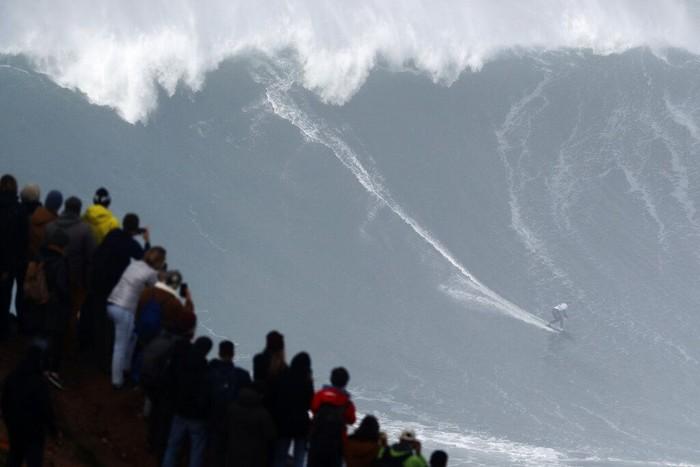 Para peselancar dunia berkumpul di Portugal untuk ikut serta dalam tantangan menaklukkan ombak raksasa. Yuk, lihat aksi mereka saat menerjang ombak raksasa.