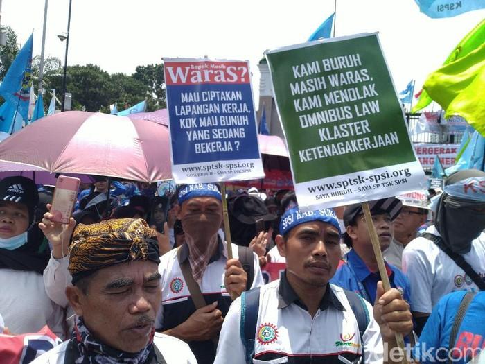 Demo buruh tolak Omnibus Law Cipta Kerja di DPR (Foto: Sachril/detikcom)