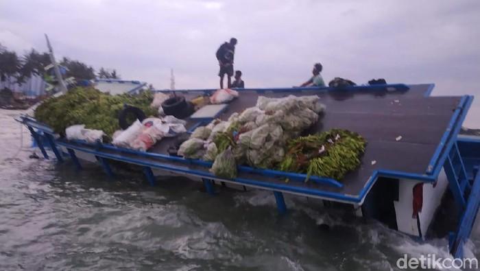 Kapal KM Sunjaya 2 bermuatan pisang hingga kelapa kandas di perairan Anyer