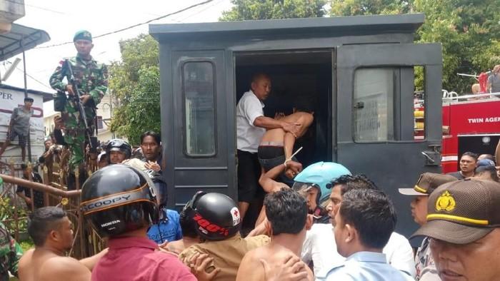 DOK. Polda Sumut/ Evakuasi napi dan tahanan di Rutan Kabanjahe Sumut yang rusuh