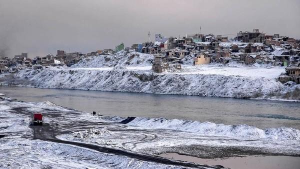 Turunnya salju di negara yang disebut salah satu yang terpanas ini merupakan fenomena langka. Namun, beberapa tahun ini Irak memang tengah dilanda cuaca ekstrem (Zaid Al-Obeidi/AFP)