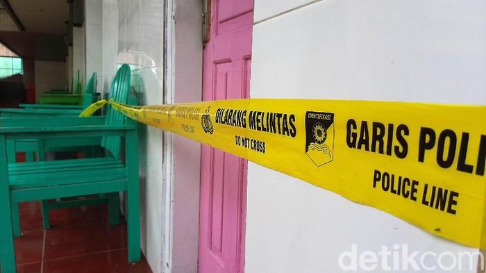 Sepasang pria dan wanita bukan suami istri berinisial MA (54) dan Y (46) ditemukan meninggal dunia dalam kamar hotel di Baturraden, Banyumas. Hotel tersebut kini digaris polisi.