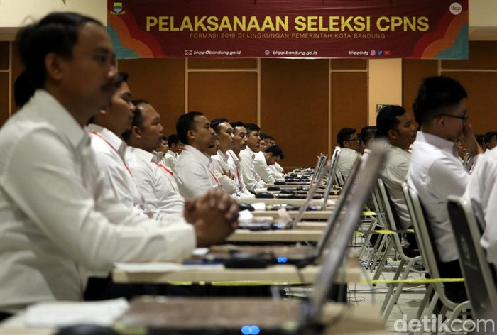 Wali Kota Bandung Oded M Danial membuka pelaksanaan tes CPNS Kota Bandung. Tes CPNS itu digelar di Graha Batununggal, Kota Bandung.